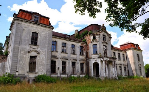 The complex of the palace: the palace, outbuildings, the remains of the former park